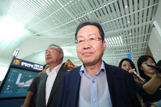 홍준표 자유한국당 전 대표가 11일 오후 인천국제공항 제2터미널에서 휴식을 위해 미국 로스앤젤레스(LA)로 출국하고 있다. [뉴스1]