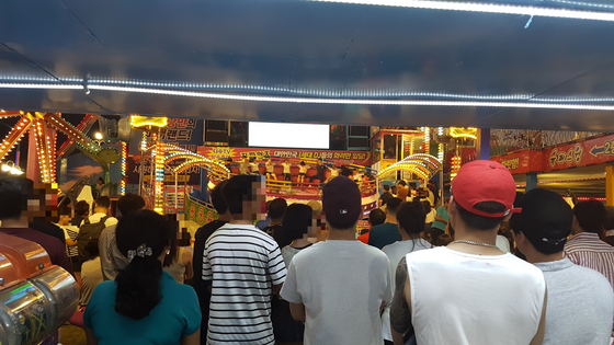 월미도 놀이공원 내에 있는 놀이시설 중 디스코 팡팡이 가장 인기가 높다. 사진은 디스코 팡팡을 관람하는 관광객들. 임명수 기자
