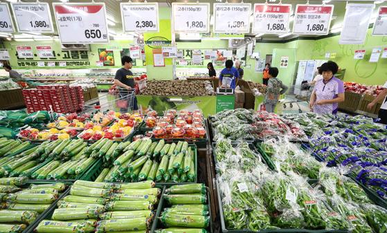 25일 경기도 수원시에 있는 하나로마트 수원점에서 시민들이 채소류를 살펴보고 있다. [뉴스1]