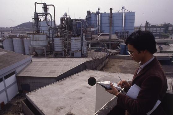 서울 둔촌동 공장지대에서 소음도를 측정하는 모습. [중앙포토]