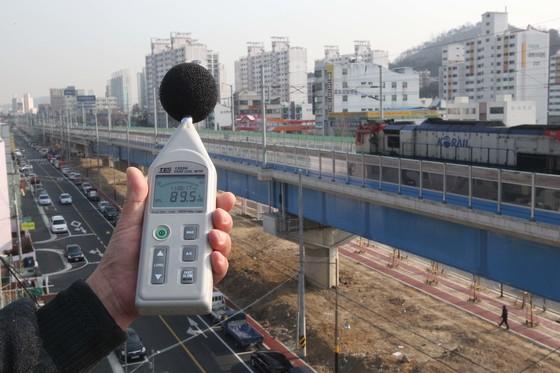 철도 소음 측정 장면. 철도에서도 저주파 소음이 발생하지만 환경부 관리 대상에서는 제외됐다. [중앙포토]
