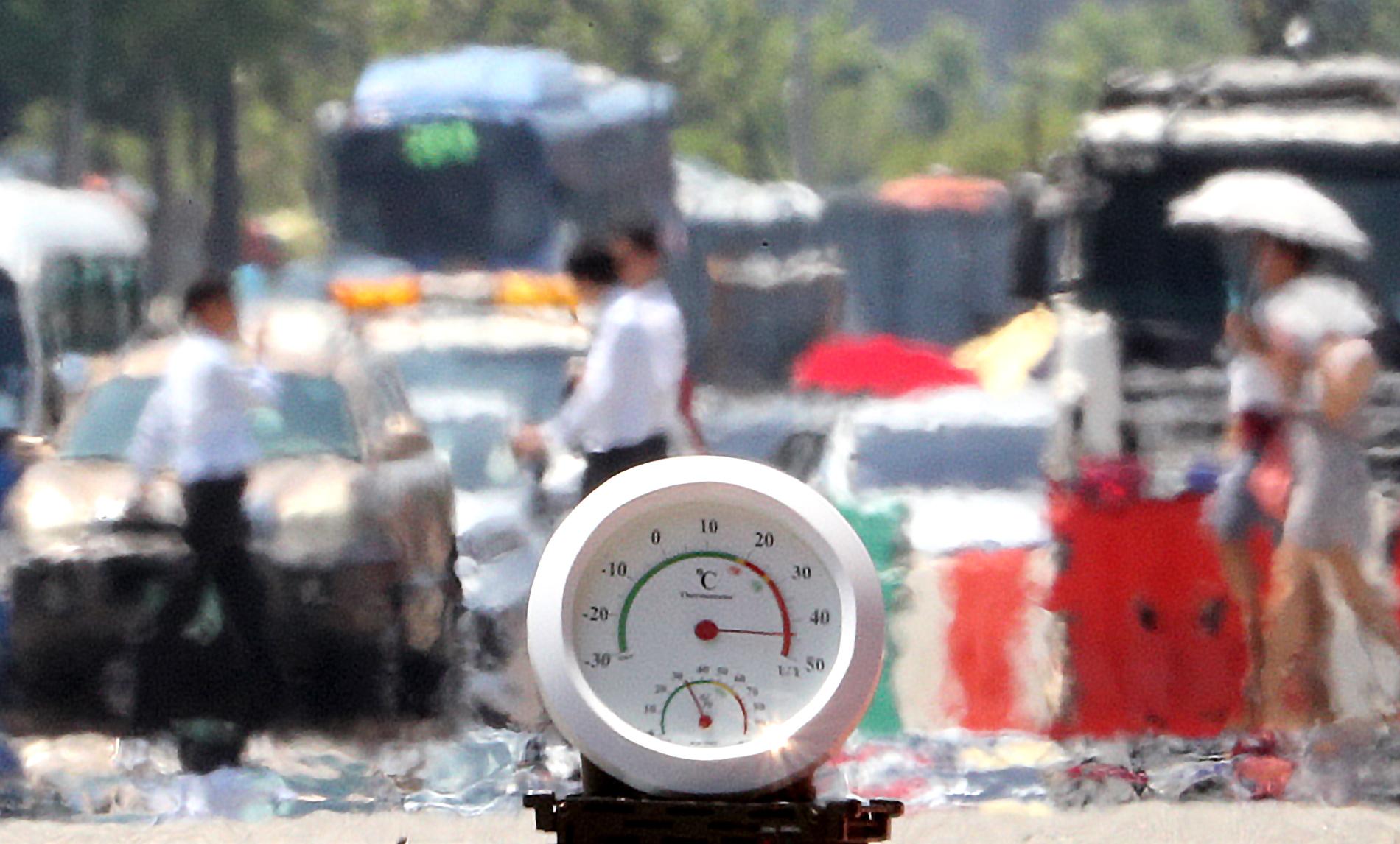 전국적인 폭염이 이어지는 1일 오후 서울 여의대로에 지열로 인한 아지랑이가 피어오르며 온도계가 40도를 가리키고 있다. [뉴스1]