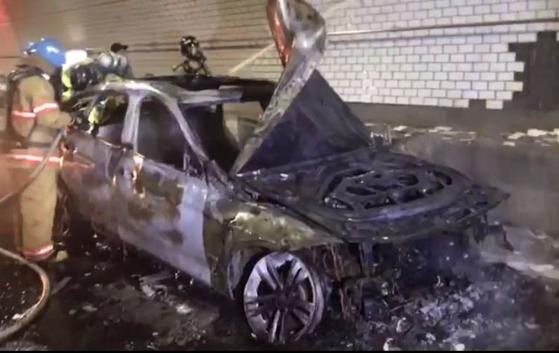 BMW코리아가 리콜 대상 차량 소유주가 안전진단 기간 동안 점검을 받지 못할 경우 무상으로 렌터카를 지원하기로 했다. 사진은 지난달 30일 인천에서 BMW 차량에 화재가 발생한 모습. [연합뉴스]