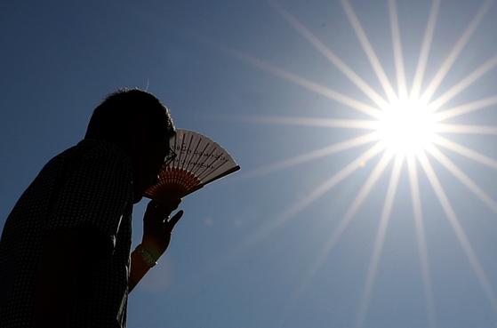 폭염이 작열한 1일 한 시민이 오전부터 내리쬐는 뜨거운 태양을 피해 발걸음을 재촉하고 있다. [연합뉴스]