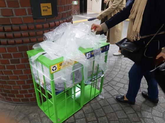 우산 비닐 커버. 환경부가 이번에 생산자재활용책임(EPR) 대상 품목에 추가하기로 했다. [중앙포토]