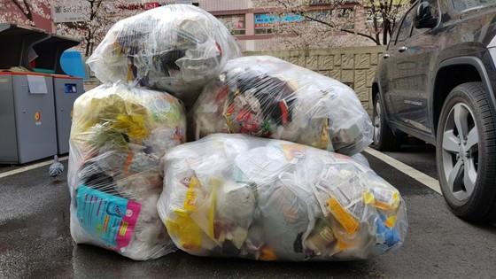 지난 4월 수도권 폐비닐 거부 사태 당시 서울 중구의 한 아파트 단지에 재활용 업체가 수거하지 않은 폐비닐이 쌓여 있다. [중앙포토]