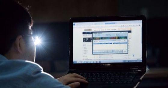 업무용 문서 등을 교류하기 위해 만들어진 웹하드가 음란물 등 불법 자료의 유통 경로로 사용되고 있다. 컴퓨터 화면은 웹하드에서 유통되고 있는 불법 저작물.