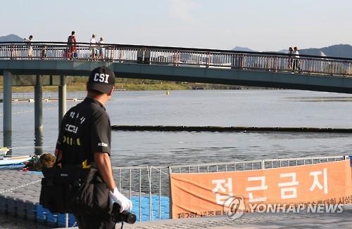 지난 2016년 8월 20일 세종호수공원에서 열린 수영대회에 참가한 30대가 숨지는 사고가 발생한 당일 대회장에 접근금지 현수막이 걸려있는 모습.[연합뉴스]