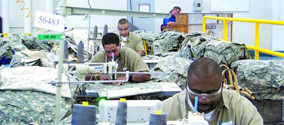 미국 연방 교정시설에 수감된 재소자들이 미 육군에 보급되는 군복 등 의류를 만들고 있다. 이들은 연방 교정국 산하 정부 법인인 교도산업공사 유니코(Unicor)의 관리감독을 받는다. [미 연방교정국 홈페이지]