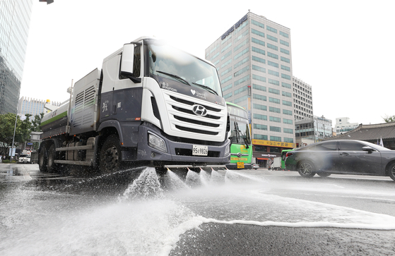 재난 수준의 폭염이 이어지고 있는 2일 오후 서울 세종대로에서 중구청 살수차가 도로에 물을 뿌리며 열기를 식히고 있다. 기상청은 닷새 앞으로 다가온 '입추'까지도 35도 안팎의 폭염이 계속될 것으로 예보했다. [뉴스1]