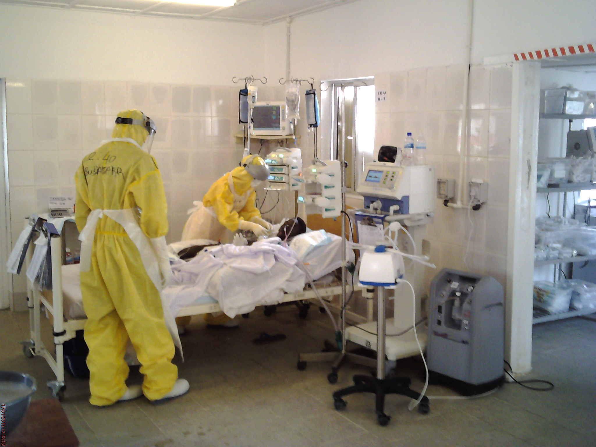 2015년 에볼라 바이러스 확산을 막기 위해 아프리카 시에라리온에 파견된 국내 긴급구호대 대원들이 에볼라 환자를 치료하고 있다. [사진 외교부]