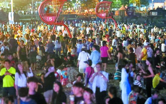 지난 1일 부산 해운대해수욕장에서 피서객들이 야간 물놀이를 하며 더위를 식히고 있다. 부산에서 보름째 열대야가 지속하는 등 잠 못 이루는 밤이 이어지고 있다.[연합뉴스]