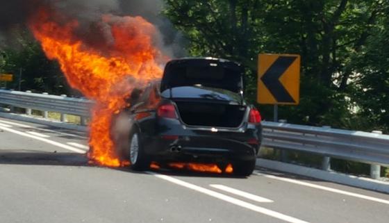 지난 2일 오전 11시45분쯤 강원 원주시 부론면 흥호리 소재 강릉방향 영동고속도로에서 A씨(28·여)가 몰던 BMW 520d 차량에 불이 나 전소됐다. [뉴스1]