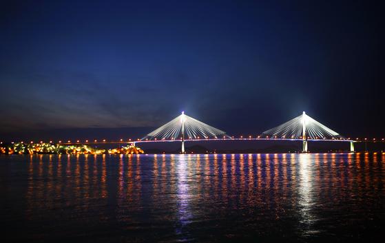 목포는 항구다. 수많은 배가 해종일 들락거리는 항구다. 목포의 밤 풍경을 상징하는 목포대교. 손민호 기자