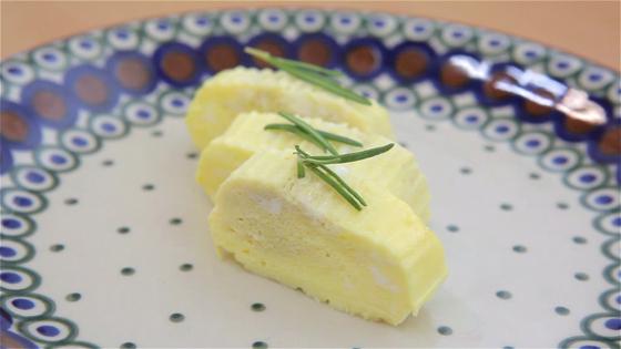 완성한 계란찜. 계란말이처럼 잘라서 접시에 담아낼 수 있다.