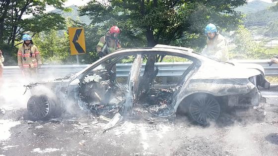 [주행 중 또 화재...잿더미 된 BMW 520d 주행 중 또 화재...잿더미 된 BMW 520d   (원주=연합뉴스) 2일 오전 11시 47분께 강원도 원주시 부론면 흥호리 영동고속도로 강릉방면 104㎞ 지점에서 리콜(시정명령) 조치에 들어간 차종과 같은 모델인 BMW 520d 승용차에서 불이 나 소방대원들이 진화작업을 하고 있다. 불은 20여분 만에 꺼졌으며 운전자와 동승자는 신속하게 대피해 인명피해는 없었다. 2018.8.2 [강원도소방본부 제공]   conanys@yna.co.kr/2018-08-02 13:58:47/ <저작권자 ⓒ 1980-2018 ㈜연합뉴
