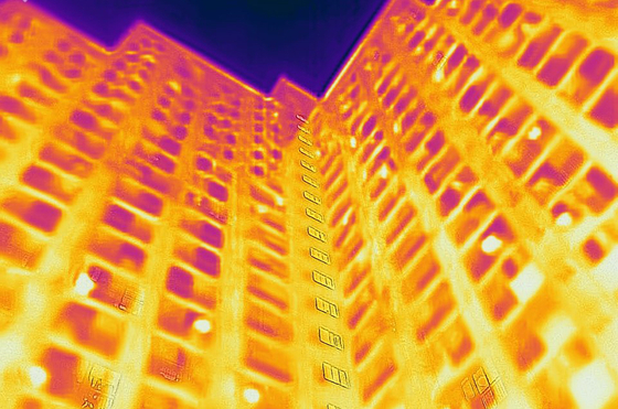 서울 낮 최고기온이 39.6도까지 오르는 등 서울지역 111년 기상관측 사상 가장 높은 기온을 기록한 지난 1일 서울 서대문구의 한 아파트를 열화상 카메라로 촬영한 모습. 냉방을 한 집의 창에는 푸른색이 돌고, 열이 발생한 실외기는 밝은 노란색으로 나타나 있다.[연합뉴스]