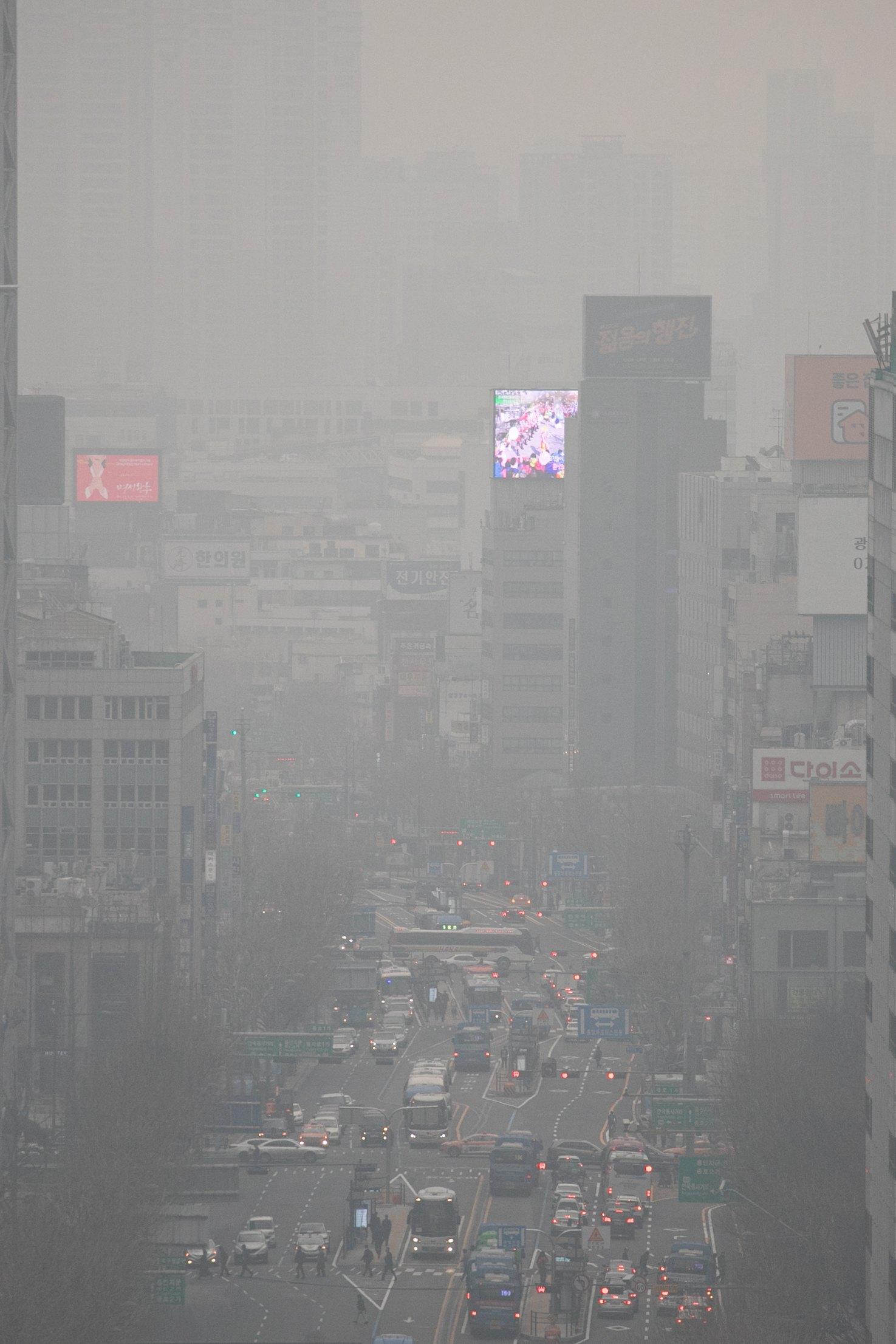 수도권 등 일부 지역의 미세먼지 농도가 '나쁨' 수준을 보인 지난 3월 29일 오전 서울 종로구 도심이 뿌옇다. 당시 기상청은 미세먼지와 더불어 중국발 황사가 북한 상공을 지나면서 우리나라에 영향을 줄 수 있다고 밝혔다. [뉴스1]