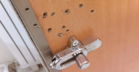 공중화장실에 나 있는 구멍들.