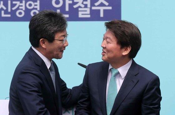 유승민 의원(왼쪽)과 안철수 전 의원이 지난 4월 안 전 의원이 서울시장 출마를 선언한 후 손을 잡고 있다.