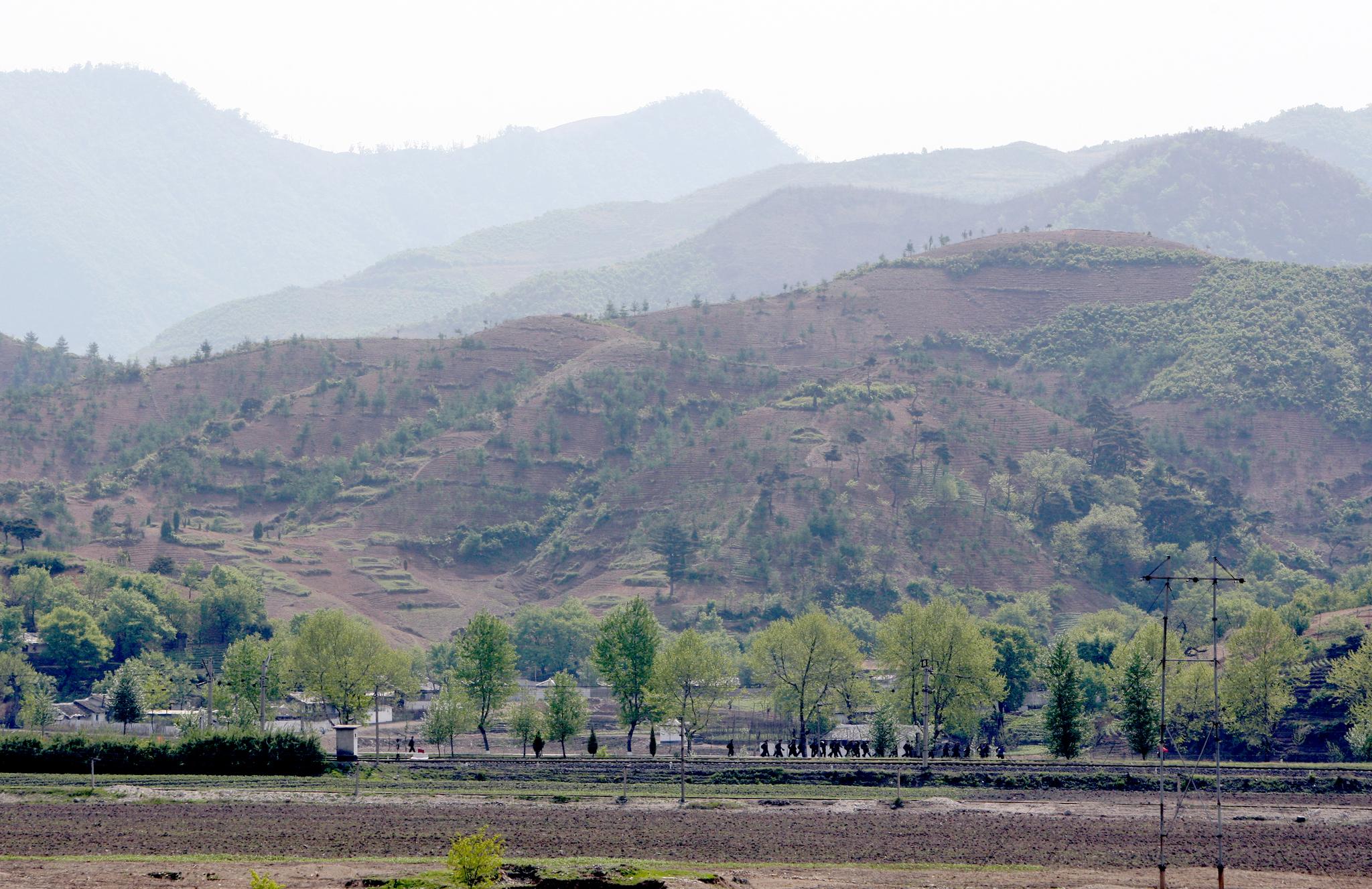 평양에서 묘향산으로 가는 길 옆으로 보이는 헐벗은 산. 마을 뒤 야산은 정상까지 밭으로 개간됐다. [중앙포토]