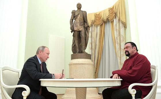 2016년 러시아 시민권을 취득한 미국 할리우드 액션배우 시티븐 시걸(오른쪽)이 그해 11월 러시아 여권을 받기 위해 블라디미르 푸틴 러시아 대통령을 만났다. [러시아 대통령궁 홈페이지]