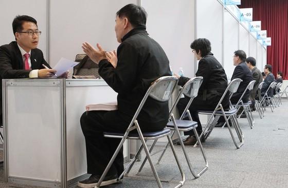 부산시청에서 열린 경력직 채용박람회에 참가한 구직자들이 현장면접을 보고 있다. [중앙포토]