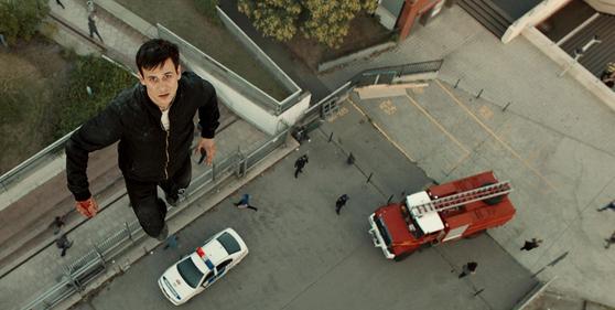 영화 '주피터스 문'. 초능력 장면은 배우가 직접 30~40m 와이어에 매달린 채 촬영됐다. [사진 엣나인]