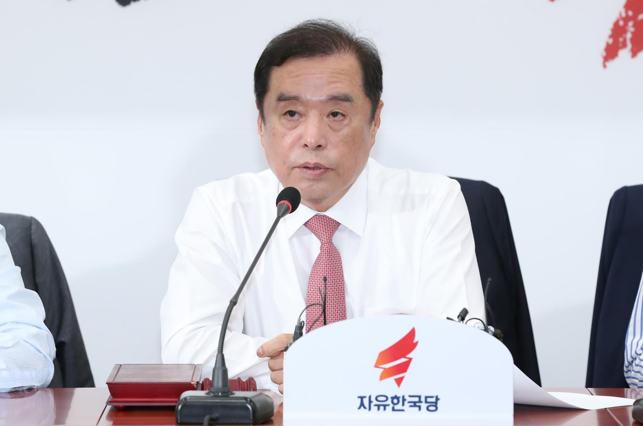 자유한국당 김병준 비상대책위원장이 6일 오전 국회에서 열린 비상대책위원회의에서 모두발언을 하고 있다. 임현동 기자