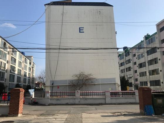경북 포항시 흥해읍 대성아파트 E동. 지진 피해로 기울어져 있다. 이곳에 살던 주민들은 다른 곳으로 이주했다. [중앙포토]