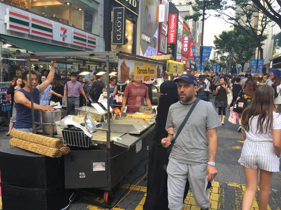 지난 2일 서울 명동 거리에서 대표적인 신개념 K푸드 회오리 감자를 외국 관광객이 신기한 듯 쳐다보고 있다. 남정호 기자