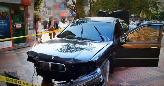 부산의 한 아파트 단지 내에서 여성 운전자가 몰던 SM5 차량에 20대 경비원이 치어 숨졌다. [사진 부산경찰청]