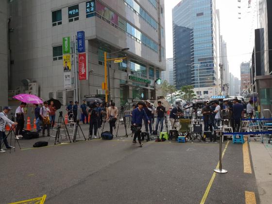 8월 6일 오전 서울 강남역 앞 특검 사무실에서 기자들이 피의자 신분으로 참석하는 김경수 경남도지사를 기다리고 있다. 이태윤 기자