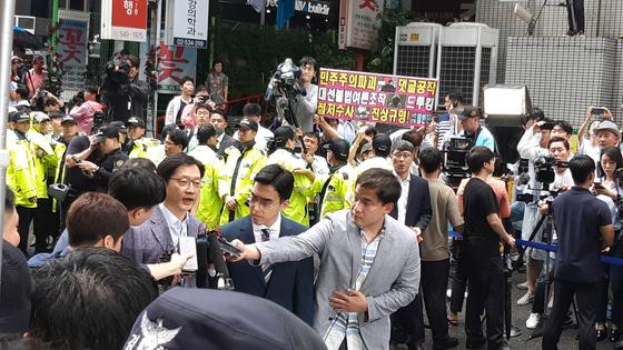 김경수 경남도지사가 6일 오전 드루킹 댓글 공작에 관여한 혐의로 서울 강남역 인근 특검 사무실에 출석하고 있다. 김영민 기자