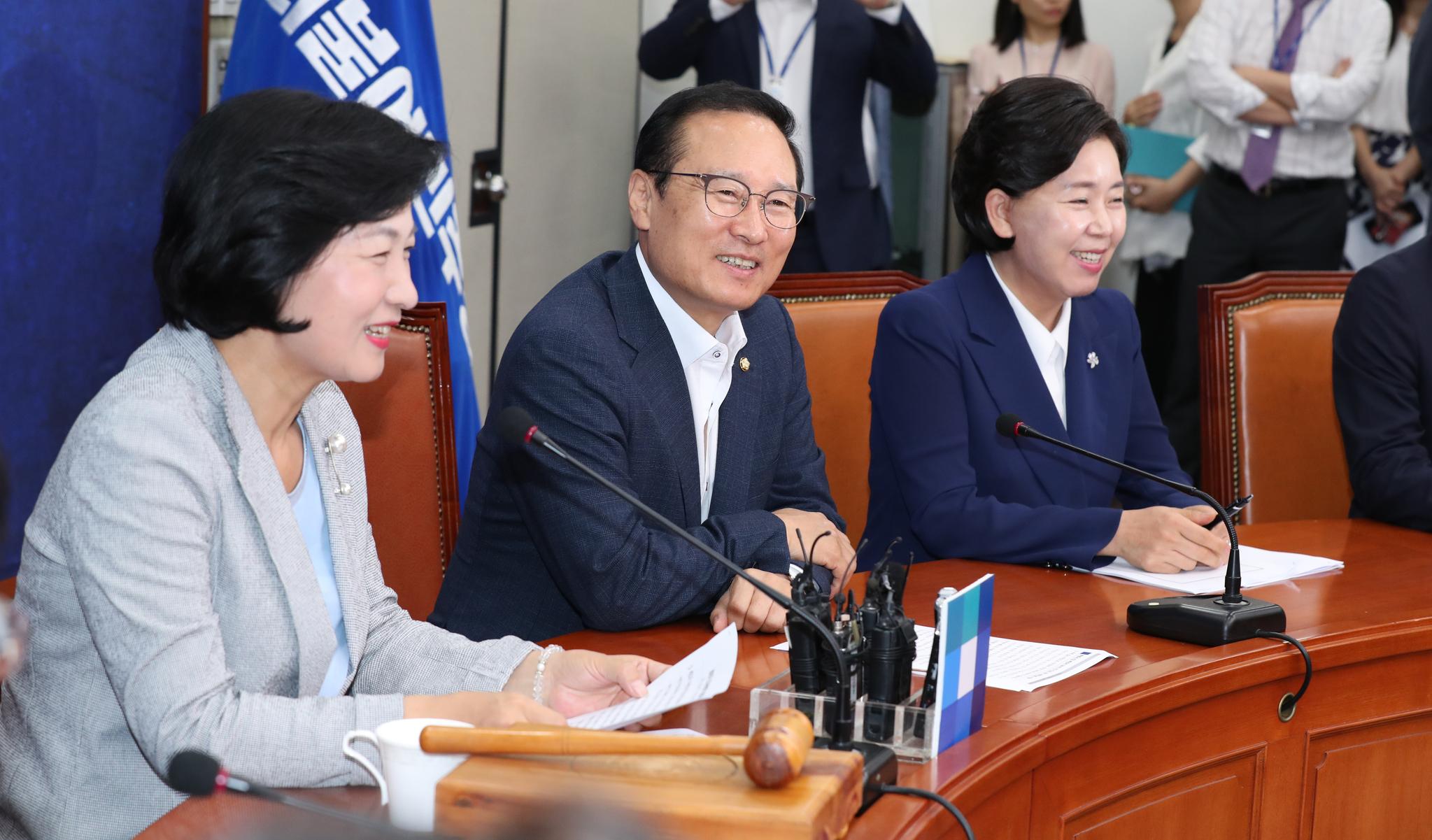 더불어민주당 추미애 대표, 홍영표 원내대표, 양향자 최고의원(왼쪽부터)이 밝게 웃고 있다. 임현동 기자