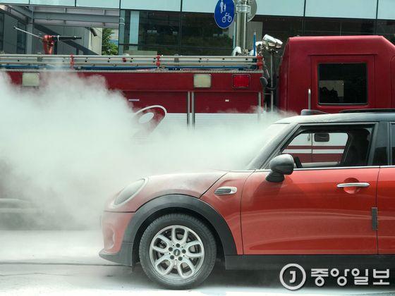 서울 압구정동 도산대로에서 주행 중 화재가 발생한 BMW미니. 차량 화재를 진압하기 위해 강남소방서 영동119안전센터에서 소방차가 출동했다. 문희철 기자