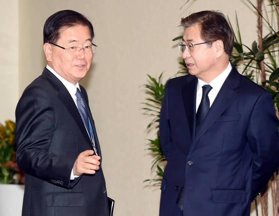 정의용 청와대 국가 안보실장(왼쪽)과 서훈 국정원장이 대화를 나누고 있다. [청와대사진기자단]