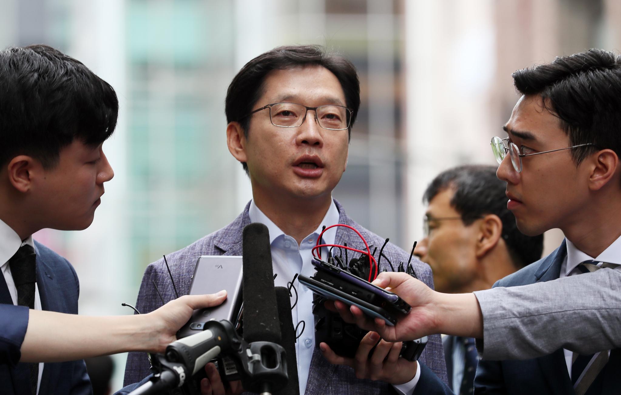 김경수 경남도지사가 드루킹의 댓글조작 행위를 공모한 혐의로 6일 오전 서울 강남구 특검에 출석하고 있다. [연합뉴스]