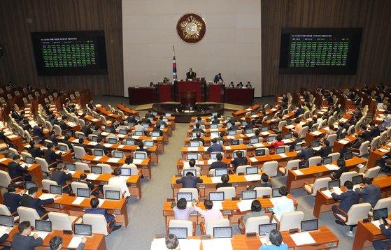 5월 28일 국회는 본회의에서 소상공인 생계형 적합업종 지정에 관한 특별법안을 통과시켰다. [중앙포토]