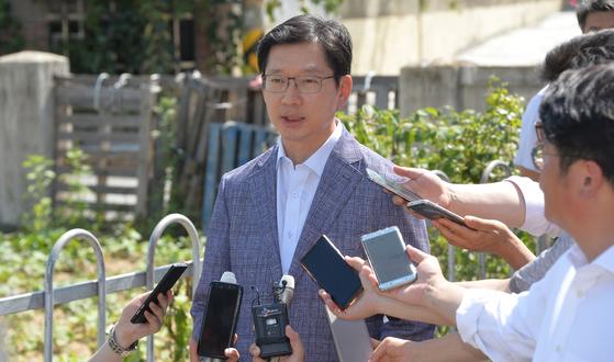 '드루킹' 김동원씨의 댓글조작 의혹을 수사하는 허익범 특별검사팀이 6일 소환을 예고한 가운데 3일 오후 김경수 경남지사가 경남 김해시 주초면 무더위 쉼터에서 특검과 관련한 자신의 입장을 말하고 있다. 송봉근 기자.