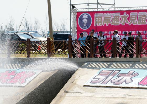 중국 대륙 푸젠성과 대만 진먼다오를 잇는 해저송수관이 개통돼 5일 처음으로 대륙에서 보내온 물이 진먼다오에 도착했다. [진먼다오=EPA]