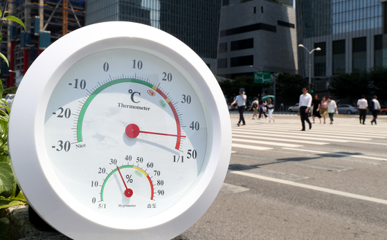 전국적으로 폭염이 이어지고 있는 1일 오후 서울 여의대로에 놓인 온도계가 지열까지 더해져 40도를 훌쩍 넘기고 있다. [사진 뉴스1]