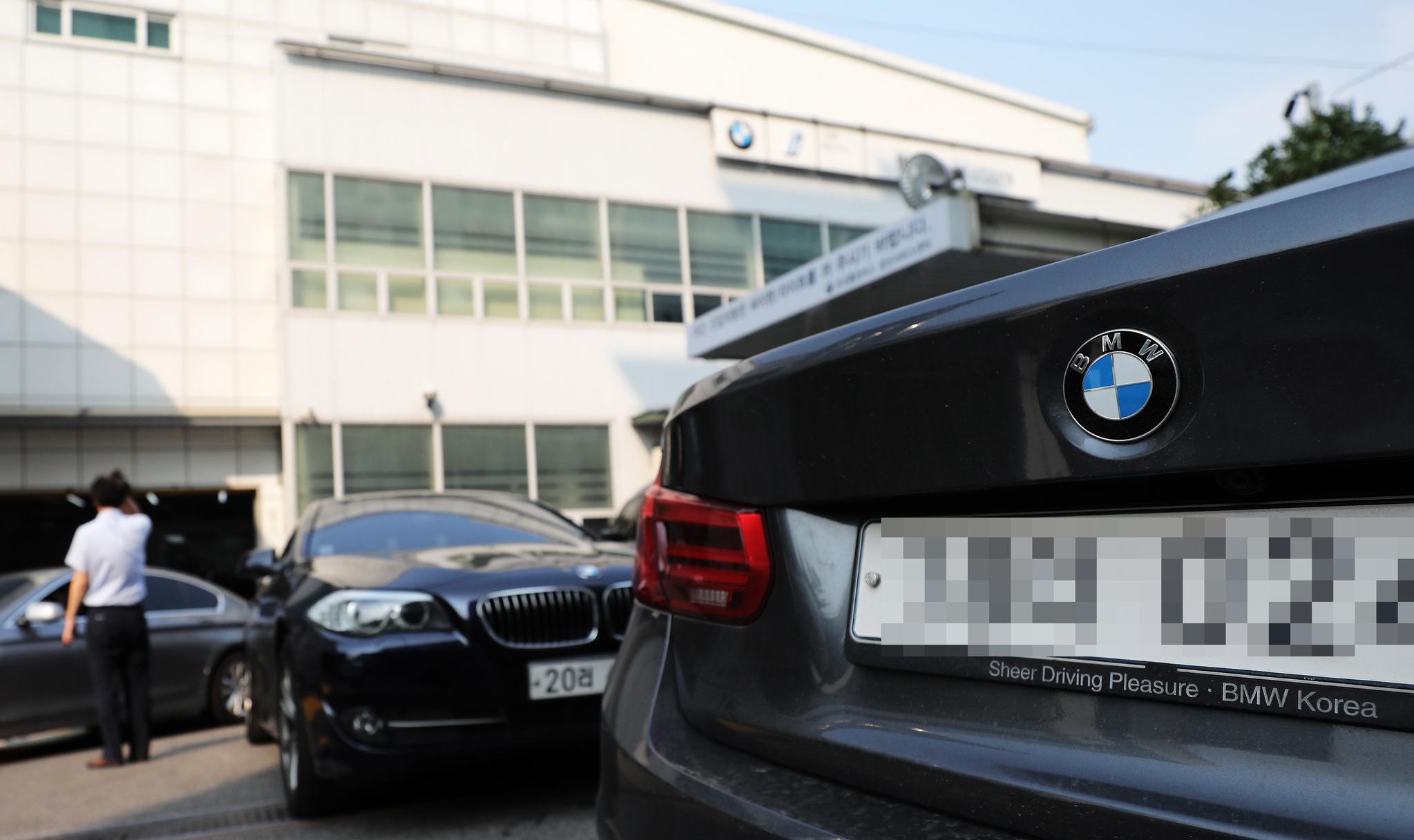 잇따른 화재 사고로 리콜 조치가 내려진 BMW 차량에 대해 국토교통부가 차량 소유자들의 '운행자제'를 권고한 가운데 지난 3일 오후 서울 시내의 한 BMW 서비스센터가 리콜 점검을 받으려는 차들로 붐비고 있다. [뉴스1]