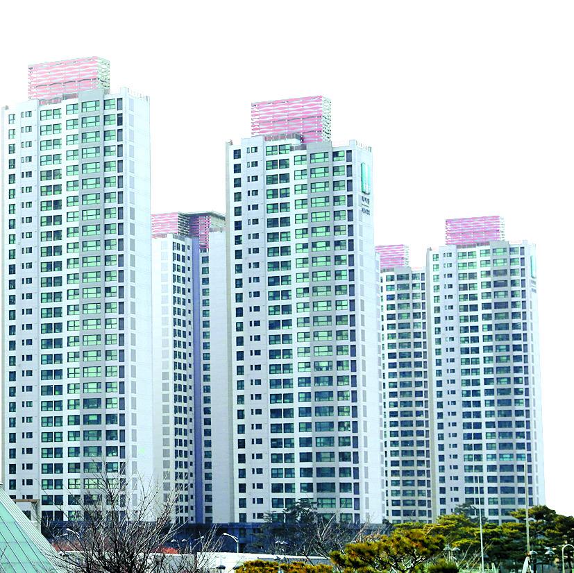 서울의 고가주택의 가격이 2010년 이후 9년동안 가장 높은 상승률을 보인 것으로 나타났다. 18일 KB국민은행이 내놓은 자료에 따르면 올해 1월 기준 서울의 주택 상위 20%(5분위 주택)의 평균 가격은 13억6천818만원으로, 지난해 같은 달(11억9천992만원)보다 14.02% 상승했다. 서초구 반포동 반포자이와 래미안퍼스티지, 강남구 개포동 주공1단지, 대치동 은마아파트 등의 매매가격이 포함된 KB선도아파트 50지수는 올해 1월 기준 지난해 같은 달보다 21.15% 상승했다. 사진은 이날 서울 서초구 래미안 퍼스티지 아파트. 2018.2.18/뉴스1