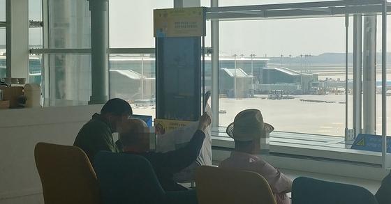 인천공항 제2터미널 5층에 위치한 전망대에서 노인들이 비행기 이착륙을 보고있다. 박해리 기자