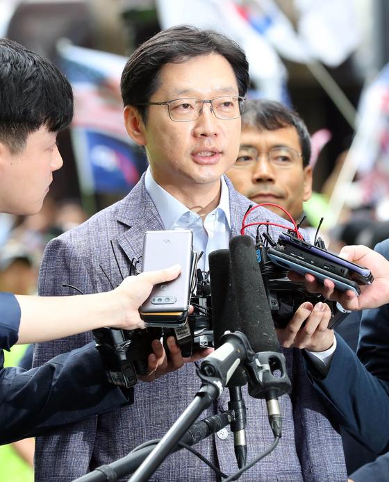 '드루킹' 김동원씨의 댓글조작을 공모한 혐의를 받는 김경수 경남도지사가 6일 오전 서울 강남역 인근 허익범 특별검사팀 사무실에 피의자 신분으로 출석했다. 변선구 기자