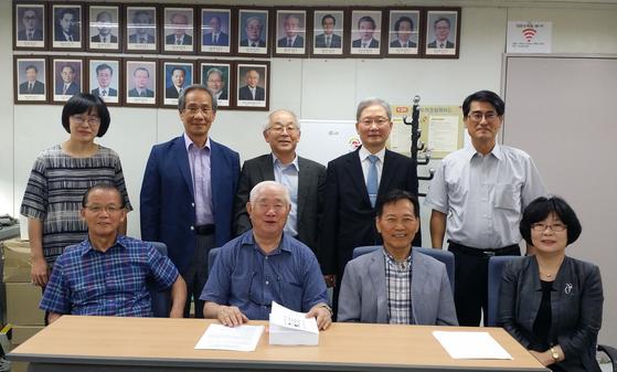 2016년 대한수학회 70년사 편찬위원회 위원들이 모여 찍은 사진. 앞쪽 가운데가 편찬위원장인 박 명예교수다. [사진 대한수학회]