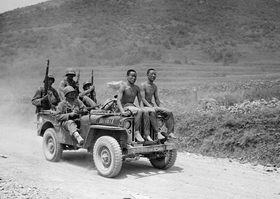 낙동강 전투에서 생포한 북한군 포로와 미군 [사진 AP]