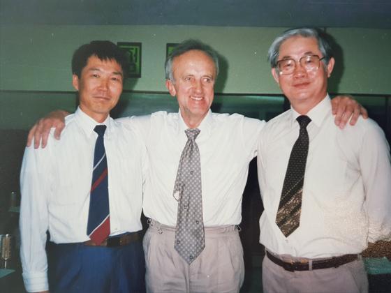 1992년 박 명예교수가 한국을 방문한 미국 인디아나대 지도교수와 찍은 사진. [사진 박세희 명예교수]