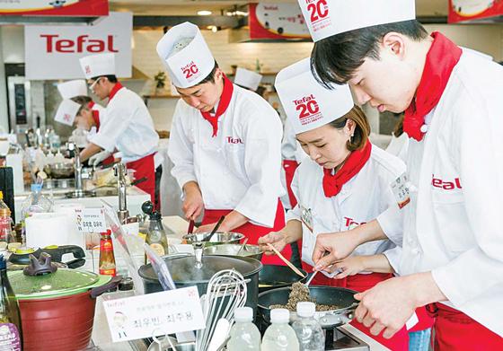 지난해 10월 열린 테팔 집밥 요리왕 대회에서 참가자들이 자신이 개발한 음식을 요리하고 있다. [사진 테팔]
